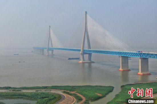 6月30日下午航拍沪苏通长江公铁大桥。 泱波 摄