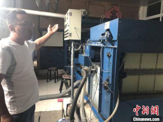 黄窝村紫菜加工厂负责人张重阳介绍紫菜加工。 于从文 摄