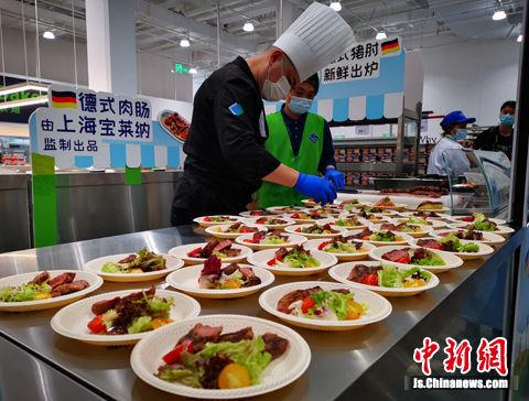 """门店每个月50万份""""真材实料""""的试吃活动,包含黑虎大虾、三文鱼、西冷牛排、榴莲蛋糕等。"""