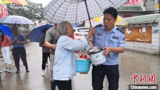 图为民警协助群众有序撤离。 苏宫新 摄