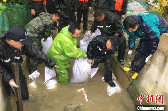图为江苏民警参与防汛防洪。 苏宫新 摄