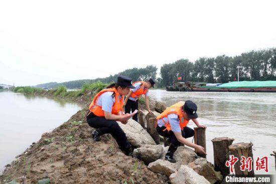 图为民警参与防汛防洪。 苏宫新 摄