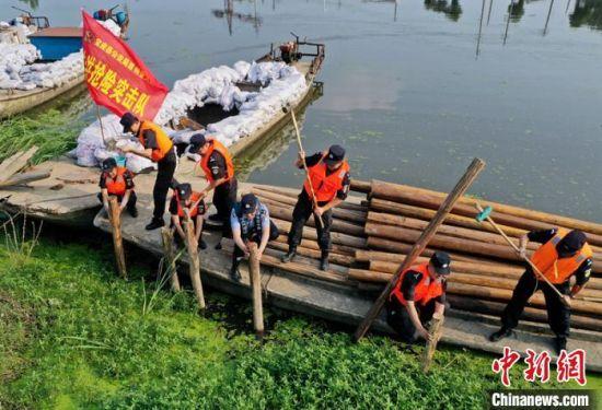 图为扬州民警组建防洪抢险突击队。 苏宫新 摄
