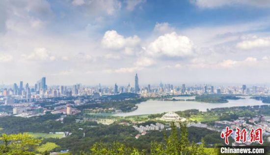 亮眼半年报,让南京稳步迈进上半年全国GDP十强。(资料图) 宁轩 摄