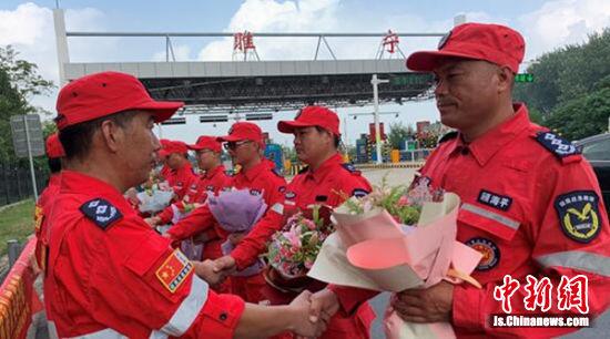 为平安归来的英雄献上鲜花致敬。