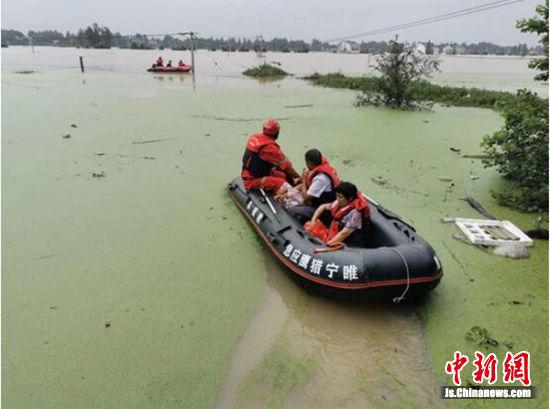 队员们驾驶救援艇在灾区搜救。