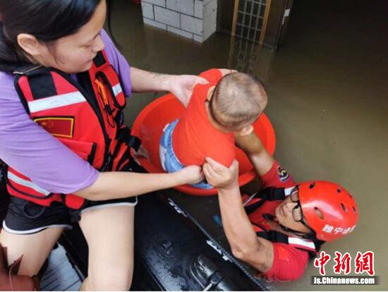 救援队员水中护佑群众安全转移。