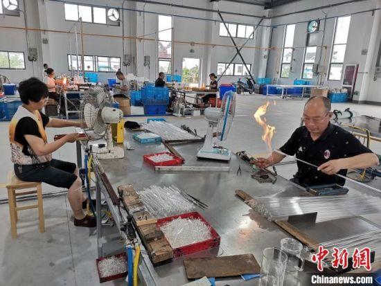 工人们在车间生产加工玻璃制品。 谷华 摄