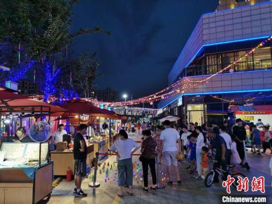 台青夜市吸引了不少市民驻足。 钟升 摄