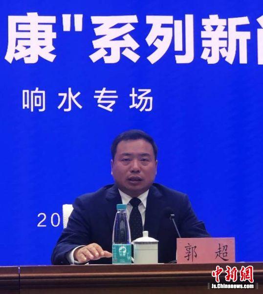响水县委副书记、县长郭超介绍该县经济社会发展情况。