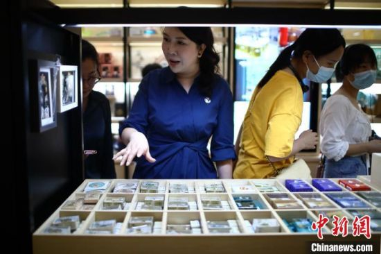 殷伊玲在查看南京博物院文创店中的商品。 泱波 摄