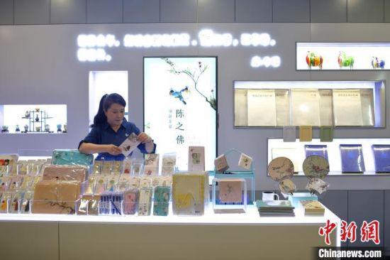 殷伊玲在整理南京博物院文创店里的商品。 泱波 摄