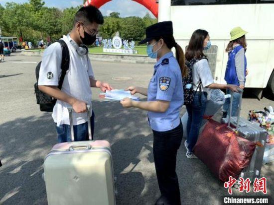疫情防控期间,南京警方通过云上服务,让学生足不出校园就可以办理各项事务。 刘昱彤 摄