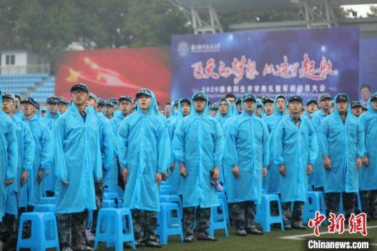 开学典礼在全场齐唱国歌中拉开帷幕。 唐宇明 摄
