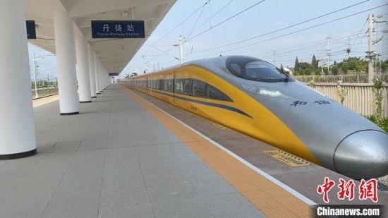 联调联试期间,综合检测列车驶出丹徒站。 郭兴 摄