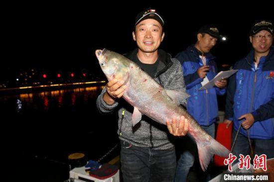 参赛选手展示钓的大鱼。 汤德宏 摄