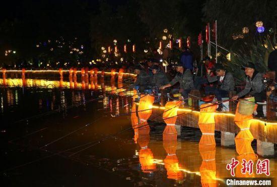 130余名选手聚泰州凤城河畔夜钓,品味水城慢生活。 汤德宏 摄