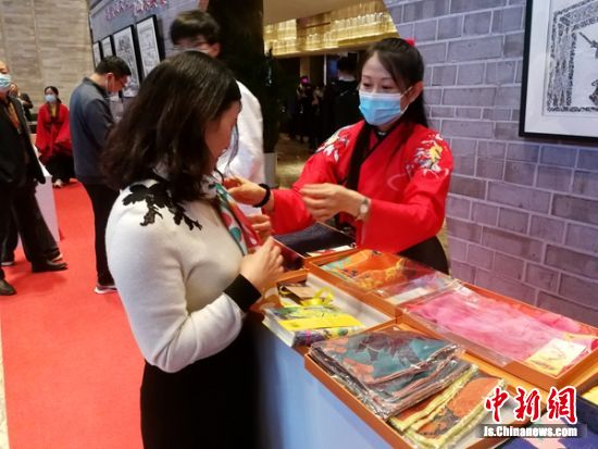 充满汉文化元素的文创产品受到民众喜爱。