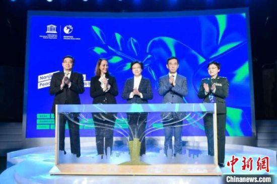 """以""""播撒和平种子""""的方式启动南京和平论坛,寓意""""让和平理念的种子在世界人民心中生根发芽,让我们共同生活的这个星球生长出一片又一片和平的森林""""。南京市委宣传部供图"""
