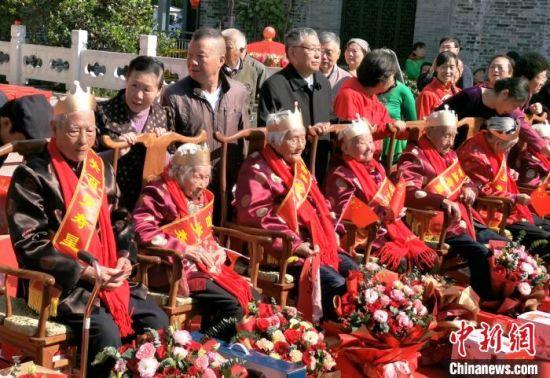 """江苏扬州迎重阳摆""""千岁宴""""。 施华健 摄"""