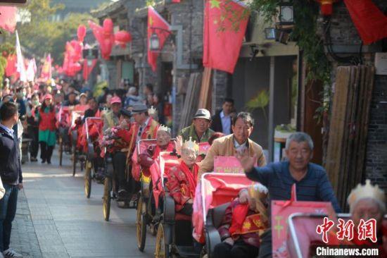 12位百岁老人逛古街迎重阳 孟德龙 摄