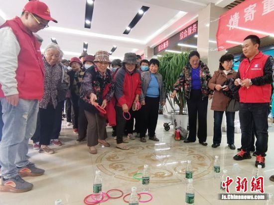 中建三局徐州片区党支部带领老人做游戏。(程帅 摄)