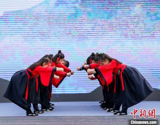 本届登高节将重阳这一传统节庆打造成了融文化性、时尚感和国际化的全龄户外文体盛事。南京旅游集团供图