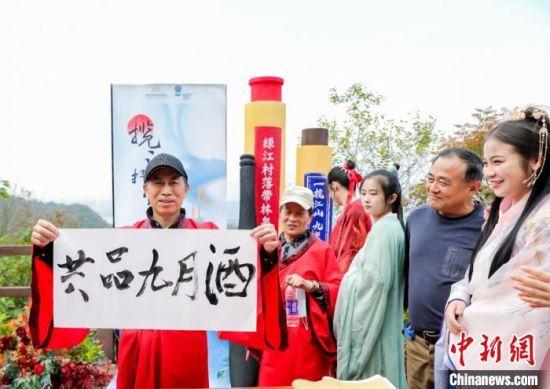 不少参与者和家人一起勾画水墨扇面,缝制茱萸香囊,感受登高、揽江、品文化的妙趣。南京旅游集团供图