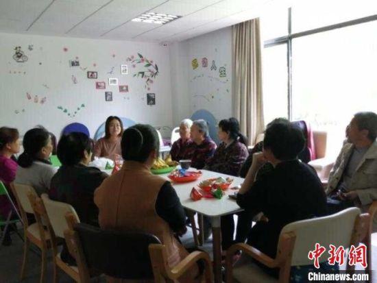 关注失能失智老人的公益活动走进社区,获得很多老人和护理老人家庭的点赞。爱德基金会供图