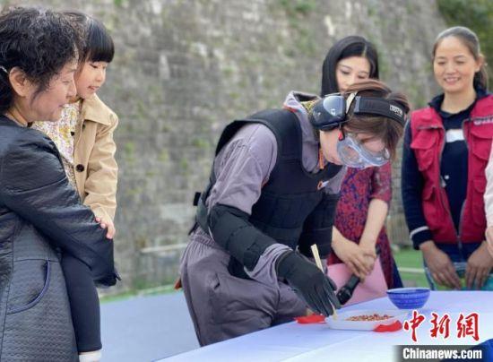 在重阳节活动现场,通过实体装备体验,让年轻人也感受到了深受老年病困扰的老人,在生活中是多么的不方便。 申冉 摄