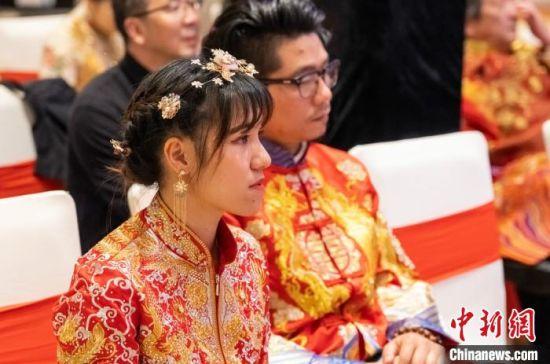 """25日下午,一场以""""博爱之城 情系两岸""""为主题的两岸婚姻庆典活动在南京举行,20对两岸伉俪参加活动。 王伟超 摄"""