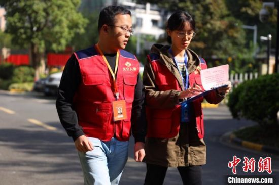 人口普查指导员赵波和普查员薛莲走进社区进行人口普查工作 徐多 摄