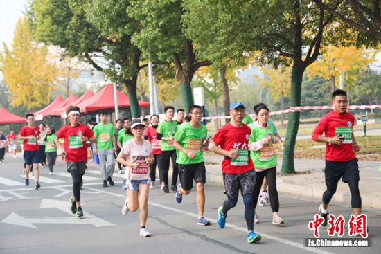 5000名跑步爱好者环绕着学校行健路,激情奔跑。黄隽 摄