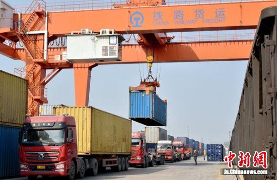 淮海国际陆港核心区铁路货运中心,繁忙的中欧班列正在卸货。朱志庚 摄