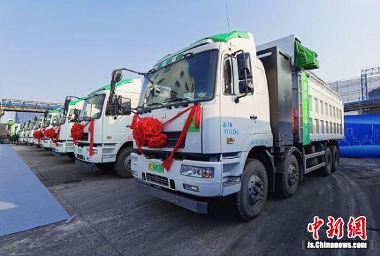 江苏省首批港口新能源重卡在南京投用。 国网江苏省电力有限公司供图。