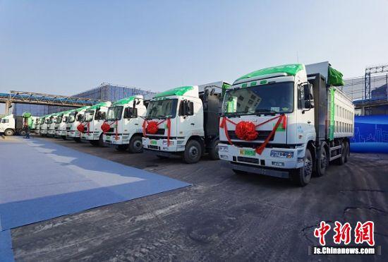 江苏省首批港口新能源重卡在南京投用。 国网江苏省电力有限公司供图