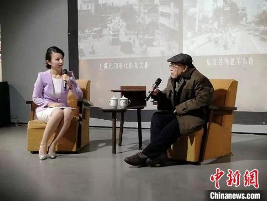86岁的曹晋杰老人讲述城市变迁历史。 顾名筛 摄