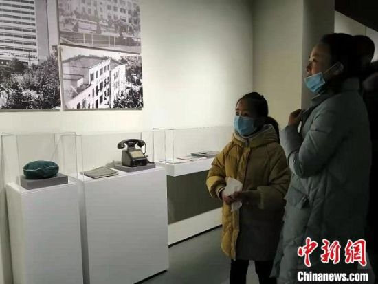 市民参观老物件。 顾名筛 摄