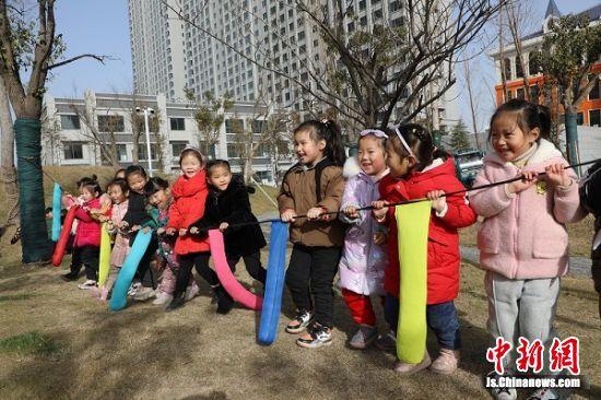 孩子们在操场上玩撞沙包游戏。