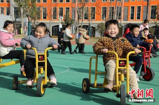 孩子们在玩骑小车游戏。 顾建 摄