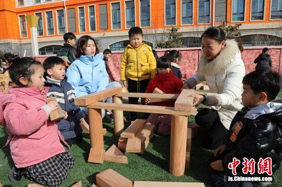 孩子们在玩搭积木游戏。顾建 摄