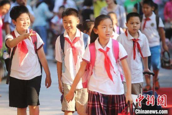 9月1日,南京后标营小学的孩子们走进校门。(资料图) 泱波 摄