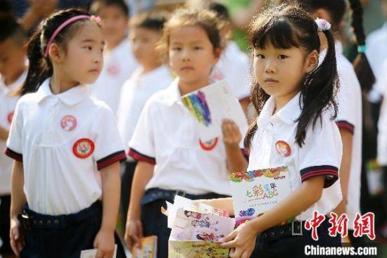 9月1日,南京后标营小学一年级的新生在校园内参加课外活动。(资料图) 泱波 摄
