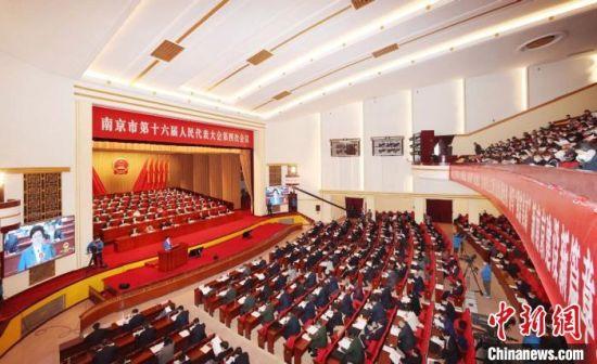 在南京两会期间,南京市长韩立明表示,2020年,该市不仅打赢三场硬仗,而且交出了应对大战大考的优异答卷。南京市人大供图