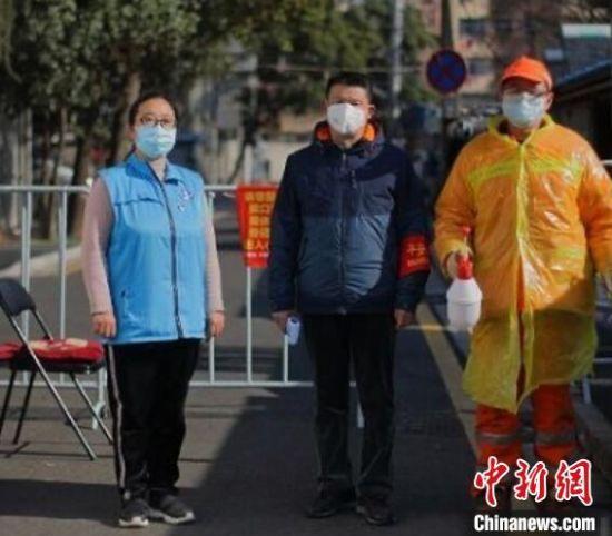 """疫情发生后,南京全市56万余名党员干部、公安干警、社区工作者、网格员和5万多名医卫人员夜以继日、奋战一线,用27天实现本土确诊病例""""零增长""""。(资料图) 泱波 摄"""