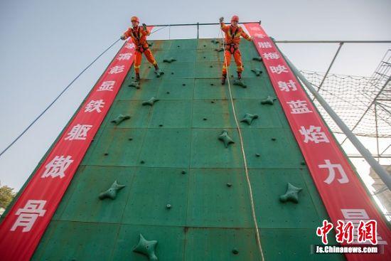 1月12日,泰州市消防救援支队青年消防员斯楠翔(左)、向加林进行单绳速降训练。汤德宏 摄
