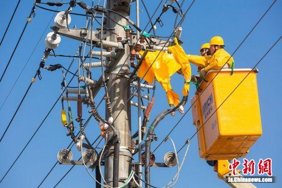 1月12日,泰州供电公司青年员工进行带电加装电缆桩头绝缘护套技术比武。汤德宏 摄