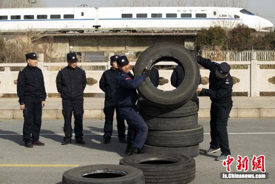 1月12日,泰州站派出所民警进行叠轮胎训练。汤德宏 摄