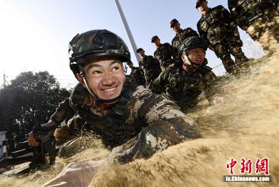 1月12日,武警泰州支队机动一中队官兵进行战术科目训练 。汤德宏 摄