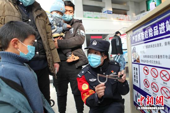 南京铁路公安处常州站派出所民警讲解乘车禁止携带的违禁品。史康 摄